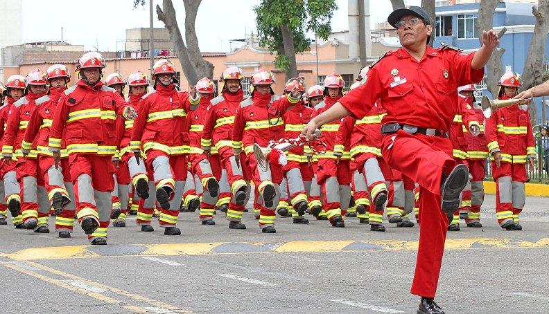 Fotos: Vea el colorido pasacalle de los Bomberos de Perú