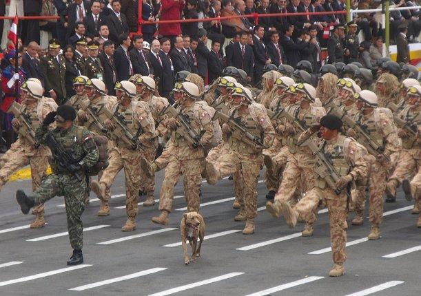 Perro infiltrado en la Parada Militar provoca risa de Ollanta Humala y Nadine Heredia (VIDEO)