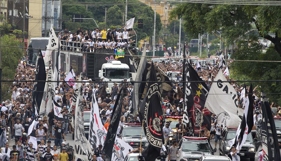 CORINTHIANS LLEGÓ A SAO PAULO EN MEDIO DE ALGARABÍA DE SUS HINCHAS (FOTOS) 431786