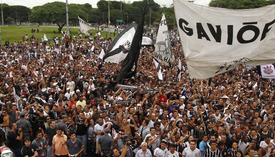 CORINTHIANS LLEGÓ A SAO PAULO EN MEDIO DE ALGARABÍA DE SUS HINCHAS (FOTOS) 431788