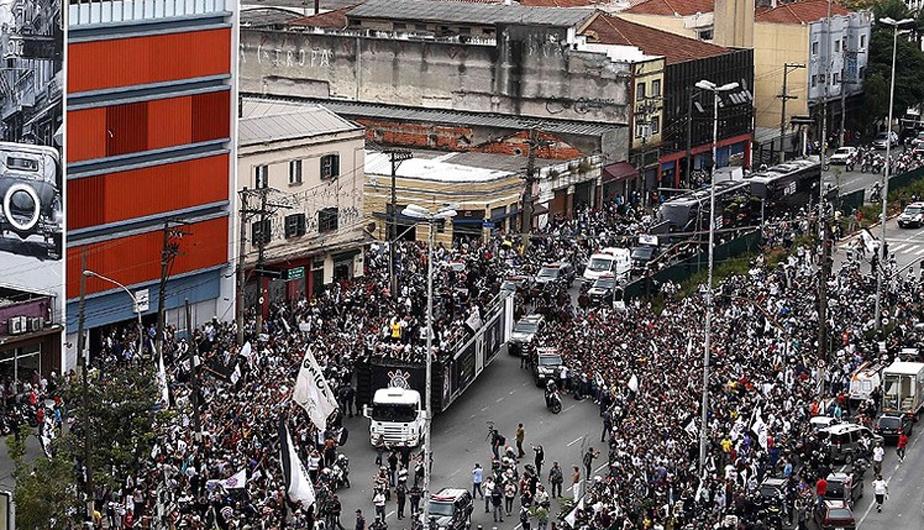 CORINTHIANS LLEGÓ A SAO PAULO EN MEDIO DE ALGARABÍA DE SUS HINCHAS (FOTOS) 431790