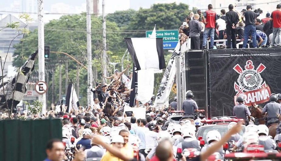 CORINTHIANS LLEGÓ A SAO PAULO EN MEDIO DE ALGARABÍA DE SUS HINCHAS (FOTOS) 431794