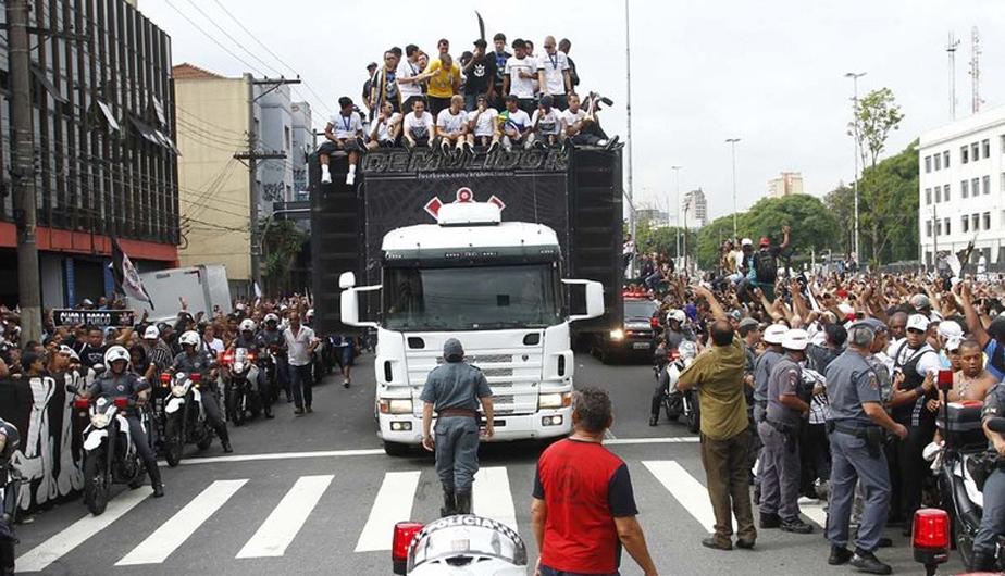 CORINTHIANS LLEGÓ A SAO PAULO EN MEDIO DE ALGARABÍA DE SUS HINCHAS (FOTOS) 431796