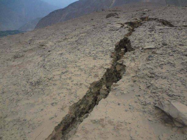 Cañete: Grieta de 200 metros en cerro Orcotuna genera pánico en ... - Perú.com